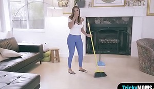 MILF facetiousmater stops the chore to grove my chubby bushwa